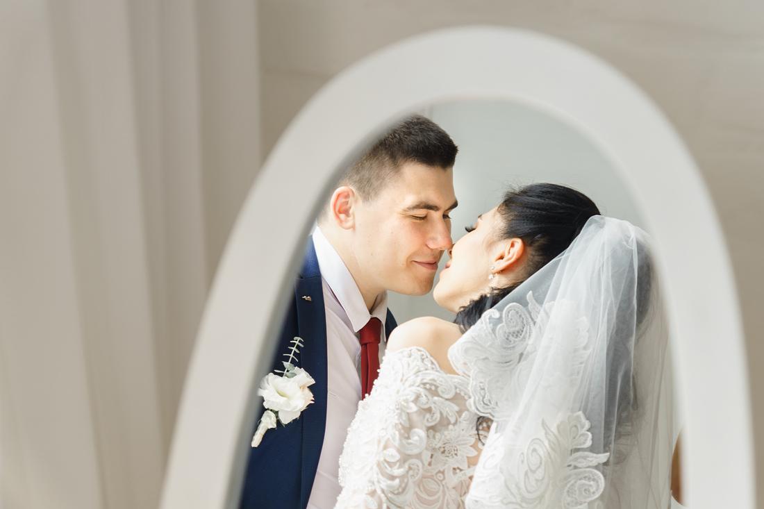 Свадебный Фотограф Запорожье Маша Рихтер зеркало жених и невеста