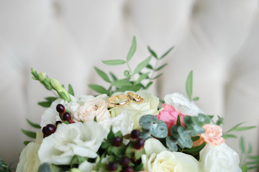 Свадебный Фотограф Запорожье Маша Рихтер кольца на букете крупный план