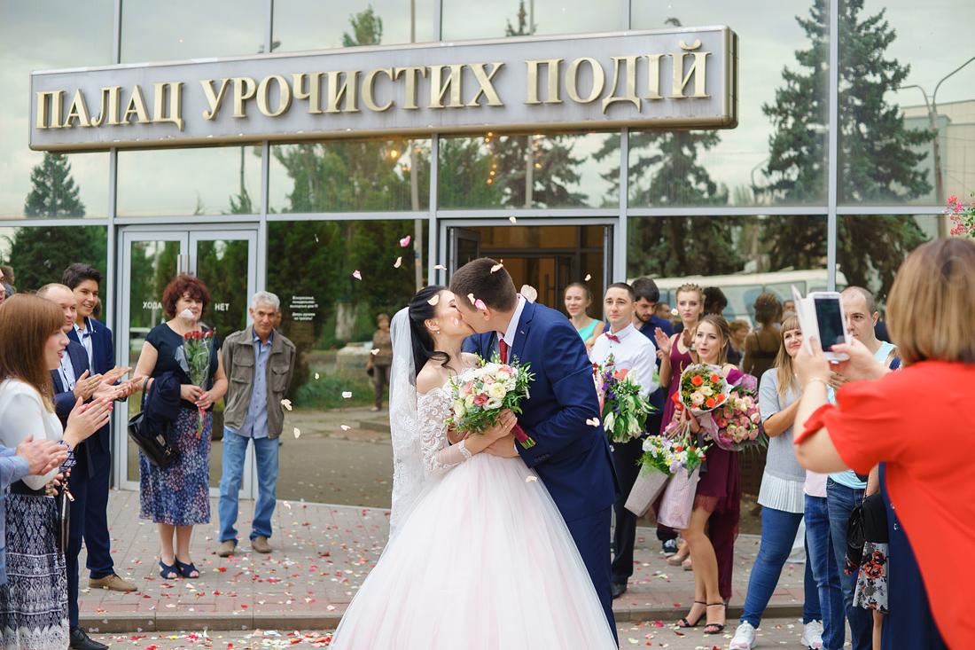 Запорожье центральный ЗАГС поцелуй Фотограф Запорожье Маша Рихтер