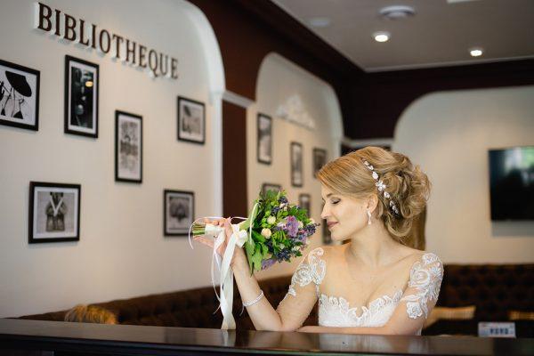 Свадьба Запорожье Фотограф Маша Рихтер Кафе Библиотека Букет Фотграфии